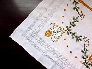 """刺繍糸の本数や素材を変えたり、生地をリネンやウールなど季節に合わせて作ると、もっと楽しみが広がりますよ。自分だけのオリジナルの刺繍をデザインするのも楽しそうですね!秋の夜長は、あたたかいお茶を飲みながら、ちくちく刺繍。""""おうち時間""""がもっと好きになるはずですよ。"""