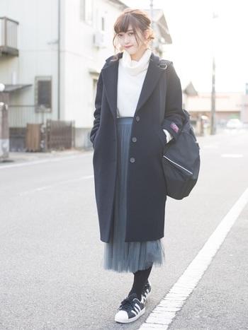 同じモデルさんの、別の日コーデもチェック。ロングチュールスカートと合わせて、チェスターコートでまとめたキュート&クールスタイルです。カシミヤニットセーターの白が肌を明るくみせてくれますね。