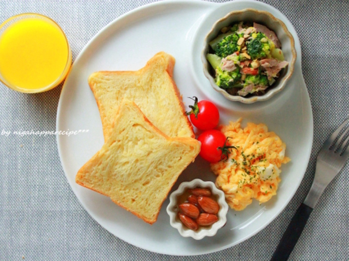 朝ごはんをおしゃれにワンプレートに。アーモンドのはちみつ漬けを添えています。栄養バランスもよくなりますね。