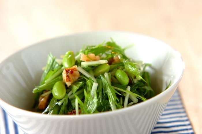 水菜とナッツのサラダ。レシピでは、くるみとはちみつを別々に和えていますが、もちろんナッツのはちみつ漬けを使ってもOKです。