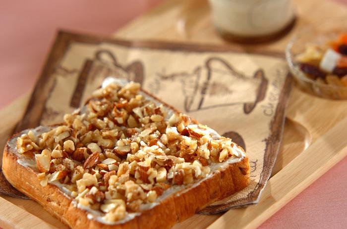 シンプルにパンに載せて♪こちらの写真では、ナッツとはちみつを別々に載せていますが、はちみつ漬けのナッツに置き換えてもOK。はちみつの味が染みているナッツは、味に深みが出て止まらない美味しさ。