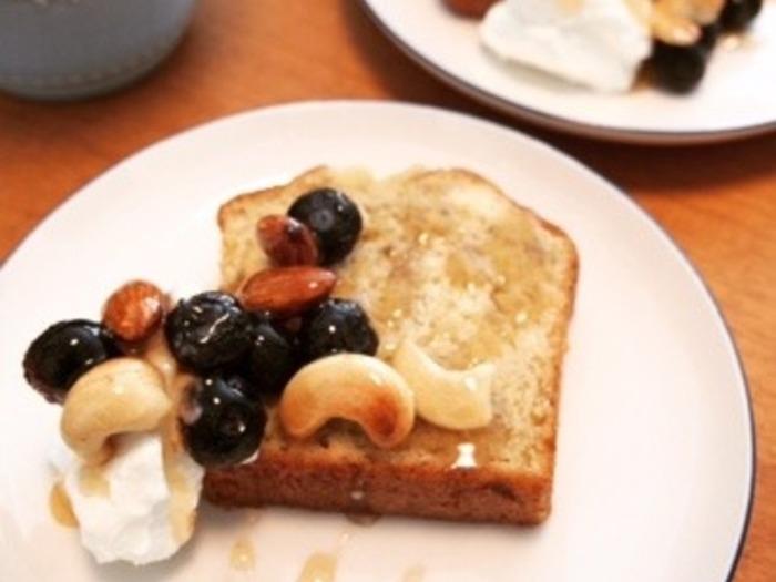 いつものパウンドケーキも、可愛くボリュームアップ!水切りヨーグルトも添えています。