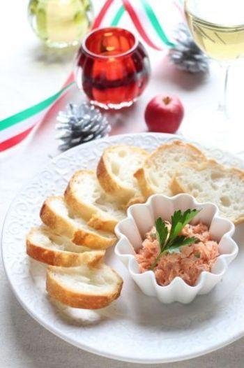 リエットとワインの相性は抜群!塩麹につけた生鮭とスモークサーモンをメインにしたレシピです。グリーンペッパーの香りと濃厚かつあっさりとした味わいがうれしい♡