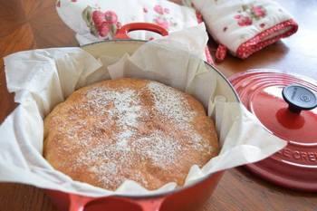 ルクルーゼを使ったこねないパン。 お料理にしか使っていなかった鍋ですが、パンもしっかり焼けるのです。お店で売っているようなパンが出来上がり!ハードパンのような仕上がりになるのが特徴のようです。  ※ルクルーゼの蓋のツマミは耐熱性を考慮してステンレスのものに取替えることをおすすめします。
