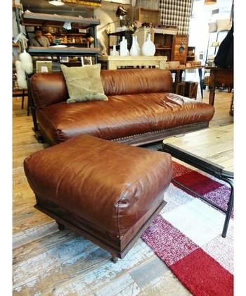 使い込むほどに味わいを増すレザーのソファとオットマン(足置き台)。これを置くだけで、かっこいい部屋になりそう!