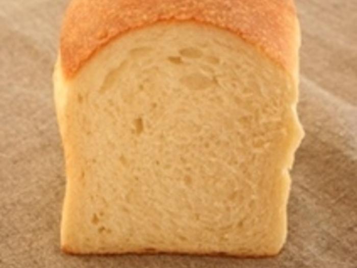 こちらは天然酵母を使ったこねないパン。 型を使えば、かわいらしい食パンも作れます。最終発酵後に成型して後は焼くだけ!