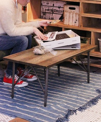 木とアイアンを組み合わせたプロダクトが特徴的。黒がきゅっと空間と引き締めておしゃれにしてくれます。流行の「男前インテリア」を演出する家具とも出合えます。
