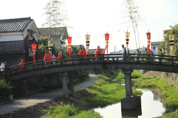 石清水祭は、京都府南部の八幡市男山に鎮座する石清水八幡宮で行われるで、葵祭(上賀茂神社)、春日祭(春日大社)と並ぶ日本三大勅祭(※)の一つです。石清水祭は古く、約1150年前にも遡ります。863年、「生きとし生けるもの」の幸福を願う祭りとして、男山山麓を流れる放生川に魚や鳥を放った儀式に由来します。