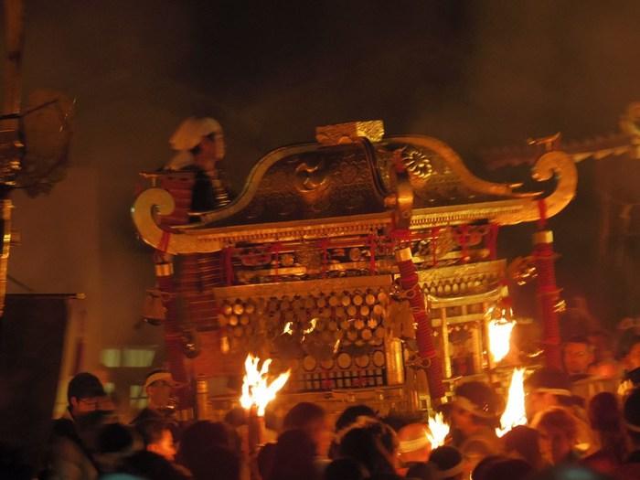 鞍馬の火祭は、時代祭と同日の10月22日に鞍馬山麓に鎮座する由岐神社で行われる例祭です。その歴史は古く、940年に時の天皇、朱雀天皇の勅命によって宮中に祀られていた祭神を鞍馬に移したことが起源と言い伝えられています。