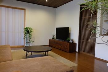 こちらのテレビボードと丸いテーブルも広松木工の家具。リビングを全て広松木工で揃えるのもいいですね。