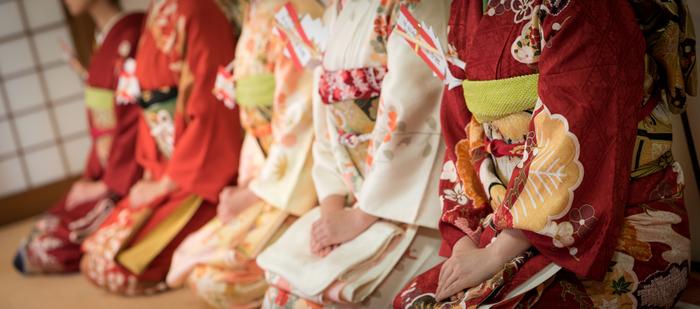 「色々な種類があるし、洋服よりも難しそう」 と思っている方、現代の日本には多いみたいです。  でも大丈夫ですよ。 今どき、必要最低限のことだけ押さえれば、あとは貴方のセンスの赴くままに楽しんでOKなんです。