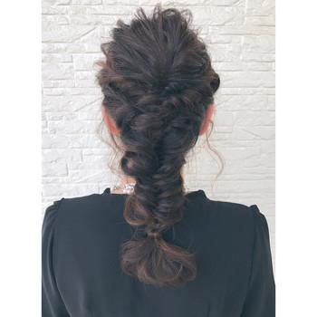 """""""魚の骨""""のように見える「フィッシュボーン」は、人気の編み込みスタイルの一つ。 基本編み込みは三つ編みに少しずつ外の髪を足しながら編むのに対し、フィッシュボーンは2本の毛束を作って束の外側の端の毛を交換するように編んでいきます。"""
