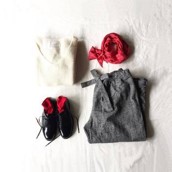 バンダナをストール代わりに。シックなモノトーンコーディネートにストールと靴のビビッドな赤色が差し色になっていますね。コーディネートのワンポイントに大胆なカラ―を選ぶのも◎ですね。