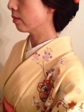留袖との大きな違いは肩から胸、袖にかけてキレイな一続きの柄が描かれていることです。