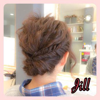 アップスタイルにもフィッシュボーンのアレンジをプラスしてみましょう!後ろの髪をまとめてピンで留めて、その上にサイドで作ったフィッシュボーンを留めればOK♪