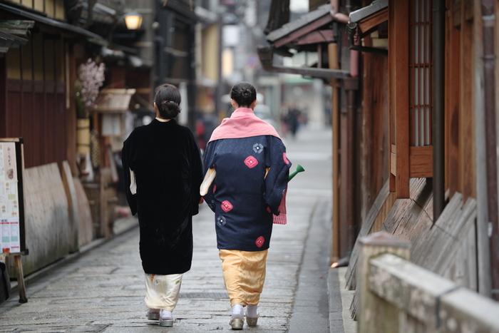 日本人とは切っても切れない着物。古くから衣服として、また最近ではファッション着物を好む方も多く、いつの時代も愛されてきました。繊細な模様と、あざやかな色彩は、海外でもとても人気で、ジャパニーズカルチャーの一つと言えます。 そんな着物をリメイクしてとても素敵な小物に生まれ変わらせる一人の作家さんがいます。