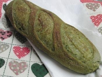 あざやかな緑は抹茶入りのため♪ あんバターで食べたくなる、和風バゲットです。