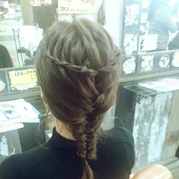サイドの髪を少しだけ残してフィッシュボーンに。 残していた髪をロープ編みにして後ろでクロスさせたアレンジ♪