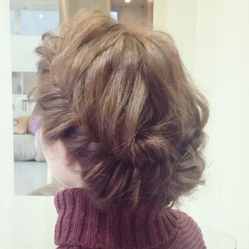 後ろの髪を7:3分にしてフィッシュボーンを作ったら襟足でピンで固定して完成。 編みこんな部分を少し引き出してあげるとこなれ感が出て素敵に仕上がりますよ。