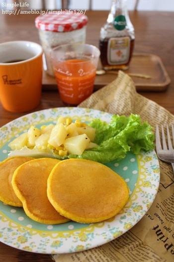 みんな大好きなパンケーキにかぼちゃとにんじんジュースを加えた栄養満点レシピ!冷凍して保存もできるので、忙しい朝やおやつにピッタリ。色もキレイで食欲をそそりますよね♪