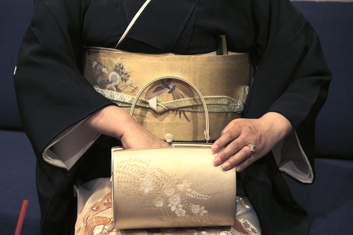 既婚者の礼装は、黒留袖です。結婚式などに参列する親族などが着るものです。色留袖もありますが、黒留袖よりは少し格が下です。
