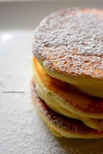 """驚くほど分厚くて、ふわふわな食感がたまらない""""スフレパンケーキ""""。こんなパンケーキを目の前にしたら、誰でもきっと幸せ気分になれますね!"""