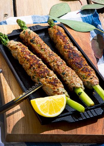 アスパラの細長を活かしたつくねスティック。お肉にパクチーを練りこんでエスニックな風味をプラス!味付けは、から揚げ粉を使ってお手軽に♪