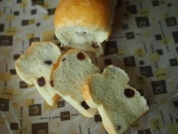 ほんのり甘い食感のレーズンパンも、こねずに作れて簡単です♪ 写真工程多めで分かりやすいですよ。