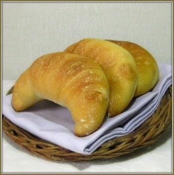 発酵後、成形すればご覧の通りの「つのパン」だって作れます。時間はかかるけど、じっくり美味しく生地が育っていくのが楽しみですね。