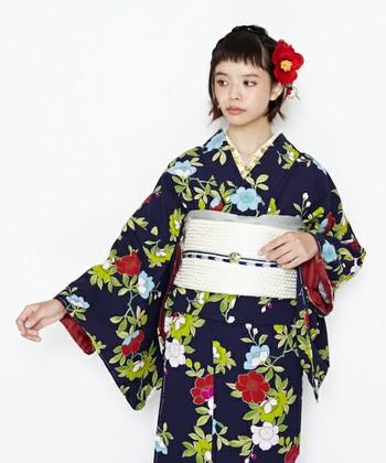 カジュアルなパーティーやホテルでの同窓会など、キレイな格好が要求されるけれど正装までする必要はない時には、小紋や紬などを着ます。