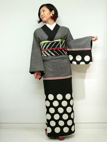 モダンなデザインのこちらの着物もポリエステル製。日常にも気軽に着られそうな現代的な雰囲気が素敵。