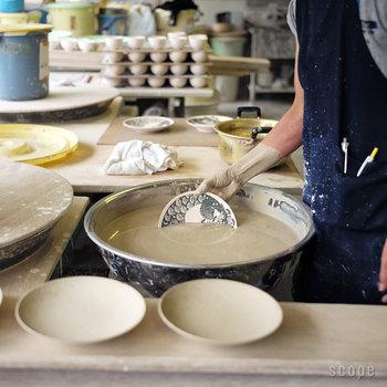 この六寸皿を作るのには、思った以上に手作業の工程が多いのには驚かされます。 昔ながらの製法を大切にしつつ、新しいものができあがるのを見ていると本当にわくわくしますよね。