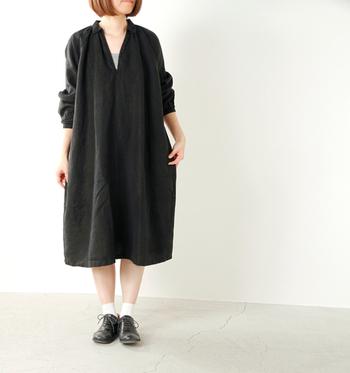 ボリューミーなミモレ丈スカートに、同系色のインナーを合わせてシンプルに。足元は白のソックスで軽く仕上げるのがポイントです。