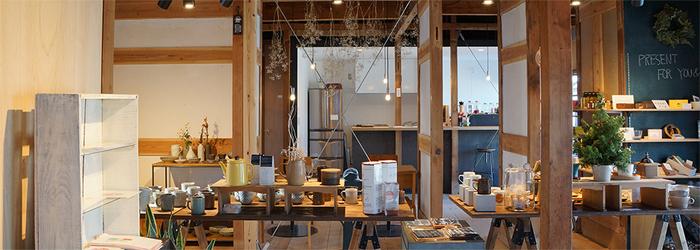 築50年ほどの古い二軒長屋をリノベーションし、新しい使い方を考えて行く、ナガヤプロジェクト。 nagaya.では、四国の物産や、様々な作家さんの作品を取り扱っています。 カフェも併設されていて、とっても良い雰囲気♪