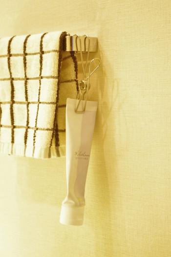 歯磨き粉は中身が減ってくると自立しにくいもの。ステンレスのクリップに挟んでつるしてしまえば便利です。