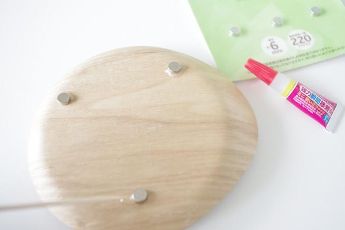 コースターの裏にマグネットを付けて、テーブル裏のアイアン部分にくっつけておけば、使うときさっと取り出せて便利です。