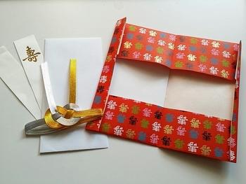 《作り方》 1、袋と水引に分解します。 2、袋をお好みの大きさに切り、端をのりや両面テープで貼ります。 3、水引をお好みの位置に貼って完成です。