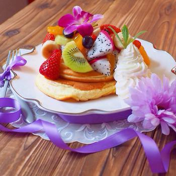 たっぷりのフルーツやホイップクリームなどをトッピングすれば、ちょっと特別なスフレパンケーキのできあがり。パーティなどにもぴったりな豪華さですね。