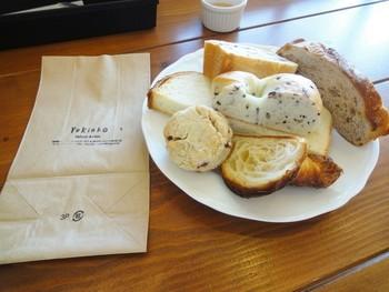 パンはイートインもできます。 ランチについてくるパンは日替わりで、こんなにどっさり! 食べきれない方のために、お持ち帰り用の紙袋も。 パン好きにおすすめしたいお店です。
