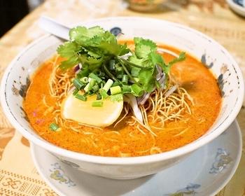 どれを頼んでもハズレなしでおいしいと評判です。こちらは2種類の麺の食感と味わいを楽しめるカレー麺、カオソーイ。チェンマイの料理です。
