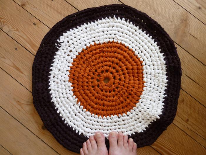 根気強く編めばラグも作ることができます。配色を変えて編むのも素敵。お部屋のインテリアの色にも合わせたいですね。洗濯しやすいのもメリットです。