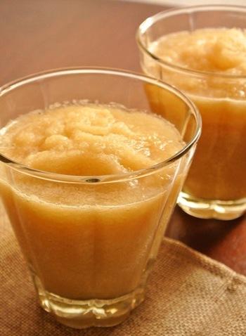 りんごをプラスすれば、さらに飲みやすく!こちらは口当たりまろやかな、りんごと大根のスムージーのレシピ。