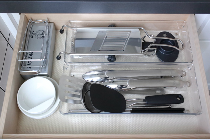 キッチンの引き出しの中をきれいに収納。でも、端っこの部分に気になる隙間が…。引き出しを開け閉めするたび、中のトレイのがたつきが気になります。