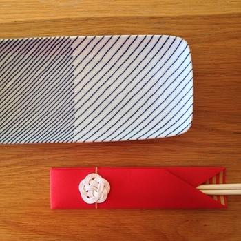 ゲストをもてなす箸袋、なかなか自分では購入しませんよね。そんなときはご祝儀袋をリメイクした箸袋が大活躍!来た人に喜んでもらえそうですね♡