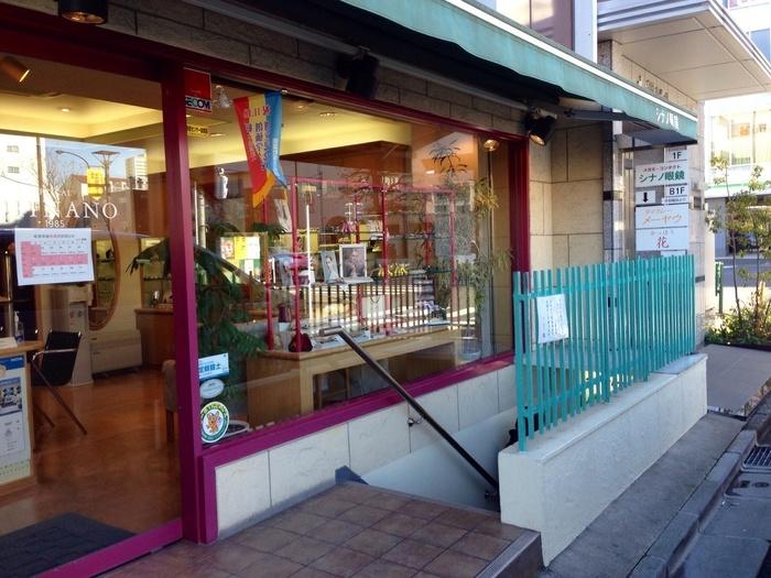 信濃町駅から5分ほど、四谷三丁目駅からも8分ほどの場所にある「メーヤウ」。こちらの階段を下りた先にあります。辛いもの好きなら一度は訪れたい名店ですね。