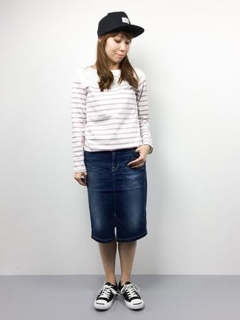 ひざ丈のデニムスカートだとアクティブすぎず、少し落ち着いた印象です。ボーダーのトップスとも相性ばっちりですね。