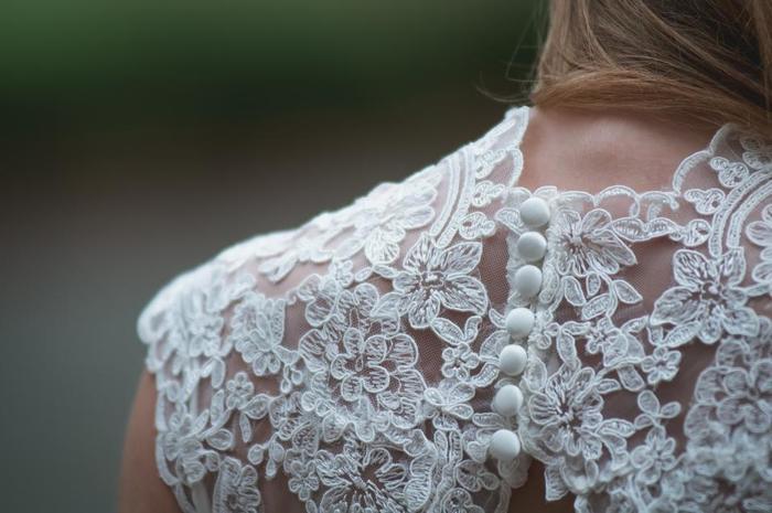 結婚式で着るドレスや着物はどんなデザインのものにしようか、それに合わせた髪型はどうするかあれこれ悩む時間は楽しいものですね。ネイルも、ナチュラルで素敵なものの中から選んでみませんか?
