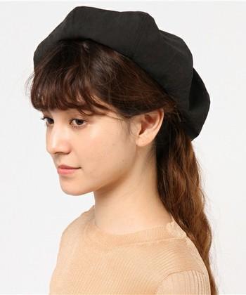 ふわっとしていて存在感のあるベレー帽。程よいボリューム感があるのでクラシカルなスタイルだけでなく、デニムやミリタリーなどのカジュアルなスタイルにもスッと取り入れられる万能アイテム。色味のバリエーションも豊富なので、気分で使い分けたいですね♪