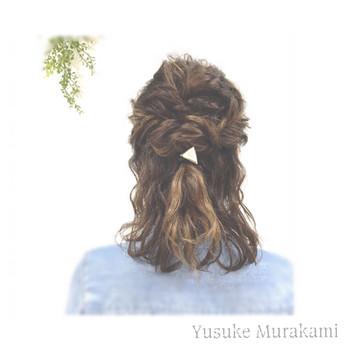 トップをくるりんぱ・サイドをフィッシュボーンにしたハーフアップアレンジ♪ 髪全体を巻いておくとこなれ感が出て仕上がりがグッと良くなりますよ。