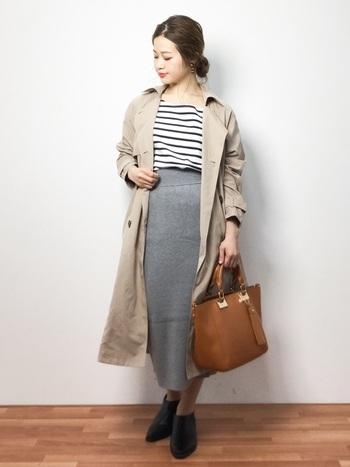タイトなスカートを合わせたい方は、ハリのあるスカートよりもニットスカートなど柔らかでラフな質感のものを選んで。程よく抜け感のある、決めすぎないコーデがおすすめです。